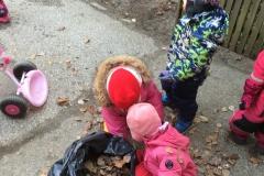 Sõimerühmad õueala koristamas 2019