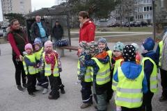 Vikerkaare rühma lapsed loomaaeda puud istutamas